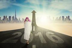 Hombre árabe acertado con los números 2016 Imagenes de archivo