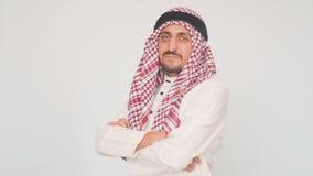 Hombre árabe adulto en vestido nacional en un fondo blanco Hombre de negocios de Arabia Saudita descontento almacen de metraje de vídeo