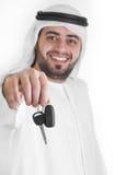 Hombre árabe con claves del coche, concepto del préstamo de coche Foto de archivo libre de regalías