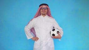 Hombre árabe con el balón de fútbol metrajes