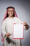 Hombre árabe con el papel fotografía de archivo libre de regalías