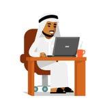 Hombre árabe en concepto de trabajo de Internet del ordenador Fotos de archivo