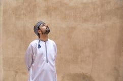 Hombre árabe en equipo omaní tradicional fotos de archivo