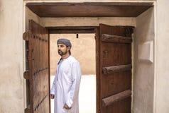 Hombre árabe en equipo omaní tradicional foto de archivo