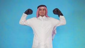 Hombre árabe en los guantes de boxeo que muestran sus músculos almacen de metraje de vídeo