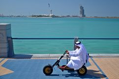 Hombre árabe que conduce un triciclo Imágenes de archivo libres de regalías