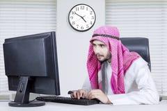 Hombre árabe que trabaja con el ordenador Fotos de archivo libres de regalías
