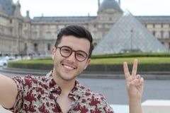 Hombre étnico lindo que toma un selfie al aire libre fotografía de archivo