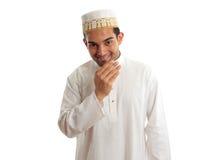 Hombre étnico sonriente en traje y topi tradicionales Imagen de archivo libre de regalías