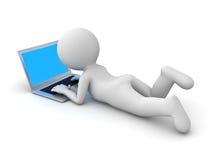 hombre 3d que se acuesta y que usa el ordenador portátil Imagen de archivo libre de regalías