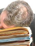 Hombre abrumado con el trabajo de oficina Fotos de archivo libres de regalías