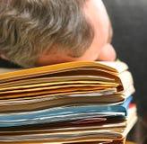 Hombre abrumado con el trabajo de oficina Imágenes de archivo libres de regalías