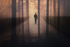 Hombre abstracto que camina en el camino rural de niebla fotos de archivo