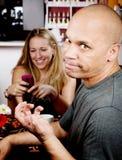 Hombre aburrido con la mujer en el teléfono celular Foto de archivo