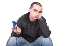 Hombre aburrido con una palanca de mando para la consola del juego Foto de archivo