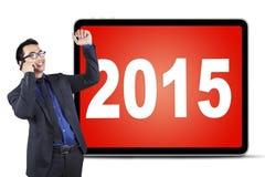 Hombre acertado con el teléfono móvil y los números 2015 Fotos de archivo libres de regalías