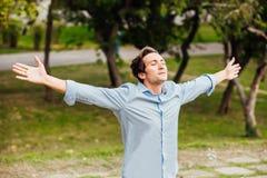 Hombre acertado con los brazos abiertos que celebra imagen de archivo libre de regalías