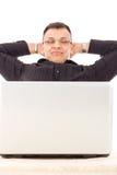 Hombre acertado con trabajo sobre Internet que descansa en paz al lado de h Imágenes de archivo libres de regalías