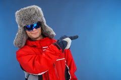 Hombre acertado confiado en sombrero y abrigo deportivo del invierno. Fotos de archivo