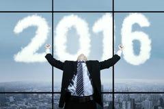 Hombre acertado en el lugar de trabajo con los números 2016 Foto de archivo