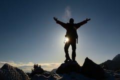 Hombre acertado en la montaña imagen de archivo