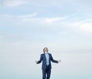 Hombre acertado sobre el fondo del cielo Fotos de archivo