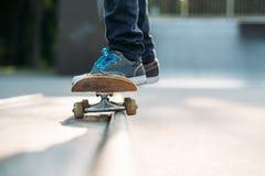 Hombre activo de la forma de vida del hábito de los pies del skater fotos de archivo