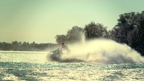Hombre activo en el esquí del jet que se divierte en el río en el día soleado Forma de vida activa metrajes