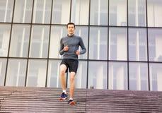 Hombre activo que entrena al aire libre en las escaleras de la ciudad Fotos de archivo libres de regalías