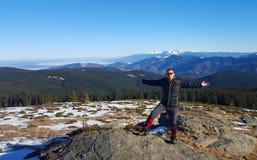 Hombre activo que muestra felicidad en las montañas Fotografía de archivo libre de regalías