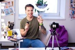 Hombre activo sonriente que es comunicativo en cámara foto de archivo