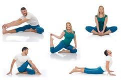 Hombre activo y mujer que hacen actitudes de la aptitud de la yoga Imagenes de archivo