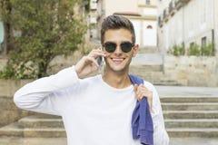 Hombre adolescente joven con el teléfono móvil Imagen de archivo
