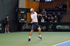 Hombre Adrian Ungur del tenis en la acción en un partido de la Copa Davis Foto de archivo
