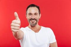 Hombre adulto alegre que muestra los pulgares para arriba Fotos de archivo