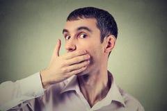 Hombre adulto asustado con la mano que cubre su boca Fotos de archivo libres de regalías