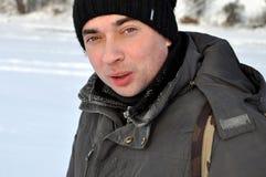Hombre adulto atractivo al aire libre en el invierno Foto de archivo libre de regalías