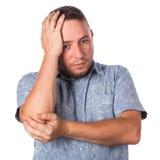 Hombre adulto atractivo con rastrojo en camisa del verano en un pánico Foto de archivo