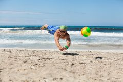 Hombre adulto atractivo que juega a voleibol de playa en verano Imagen de archivo