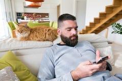 Hombre adulto con el teléfono móvil Fotografía de archivo