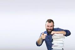 Hombre adulto de la barba del estudiante con la pila de libro en una biblioteca Imagenes de archivo