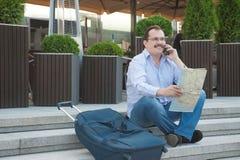 Hombre adulto de moda en la ciudad con el mapa turístico al aire libre Fotos de archivo libres de regalías