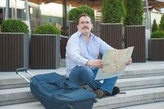 Hombre adulto de moda en la ciudad con el mapa turístico al aire libre Fotografía de archivo libre de regalías