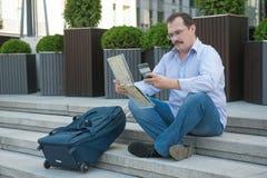 Hombre adulto de moda en la ciudad con el mapa turístico al aire libre Imágenes de archivo libres de regalías