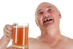 Hombre adulto del retrato chistoso con una cerveza a disposición fotos de archivo libres de regalías