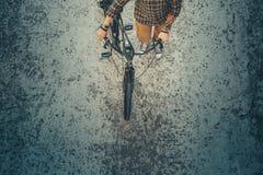 Hombre adulto del viajero con la bicicleta que camina abajo de la calle, visión superior Concepto de reclinación urbano de la for Imagenes de archivo