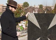 Hombre adulto en el cementerio Imágenes de archivo libres de regalías