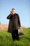 Hombre adulto en el teléfono móvil Fotografía de archivo