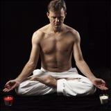 Hombre adulto en la posición de loto Imagenes de archivo