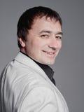 Hombre adulto en un traje costoso blanco Fotos de archivo